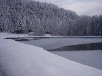 une belle vue de l'étang enneigé